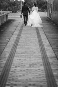 les mariés marchent