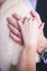 les mains des mariés et leurs alliances