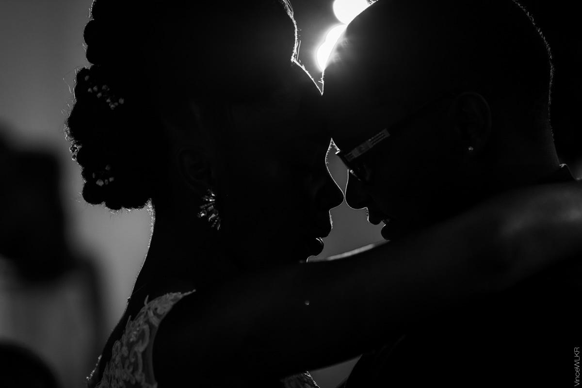 mariés qui dansent en noir et blanc