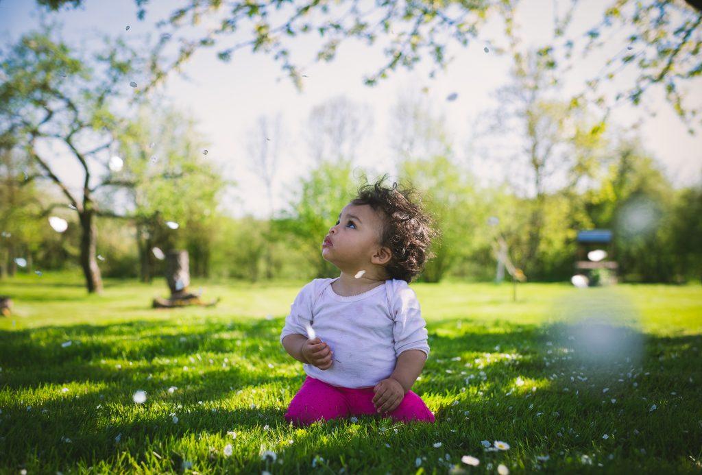 photo de bébé dans l'herbe