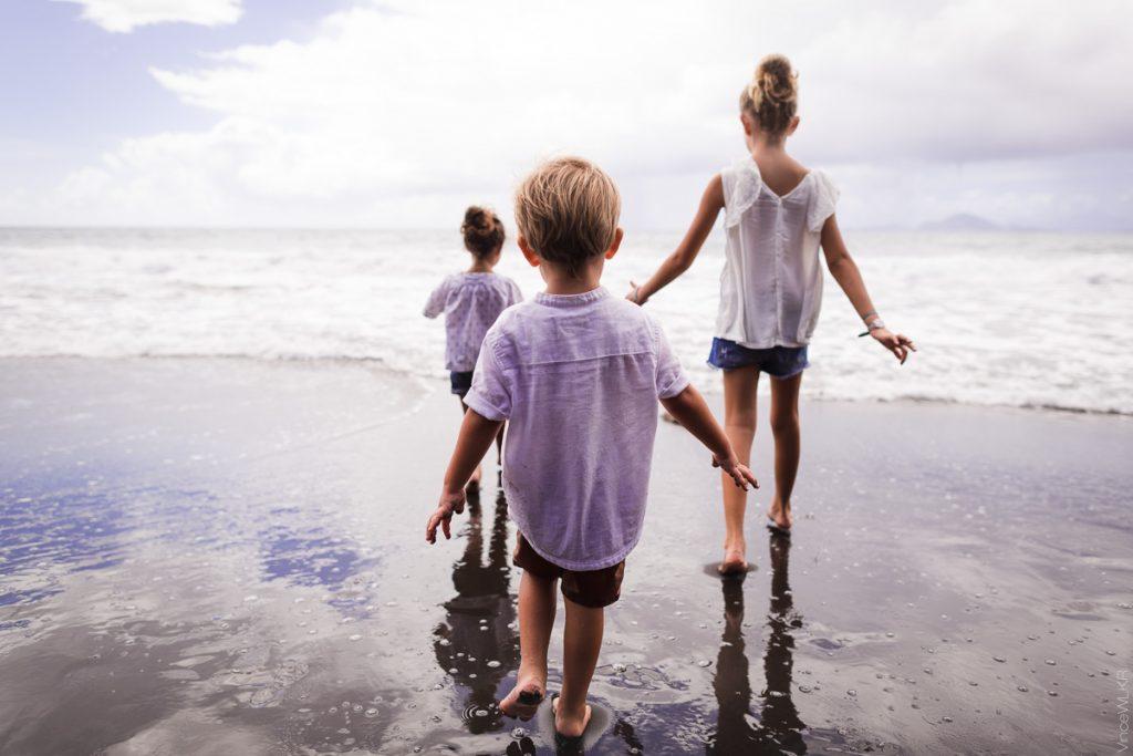 photo grand angle famille sur la plage