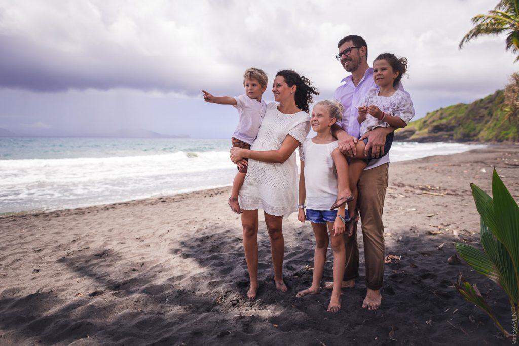 famille sur la plage en Guadeloupe