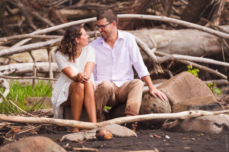 couple sur la plage de sable noir en Guadeloupe