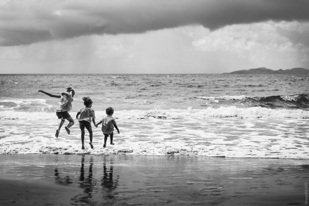 photo famille sur la plage dans les vagues