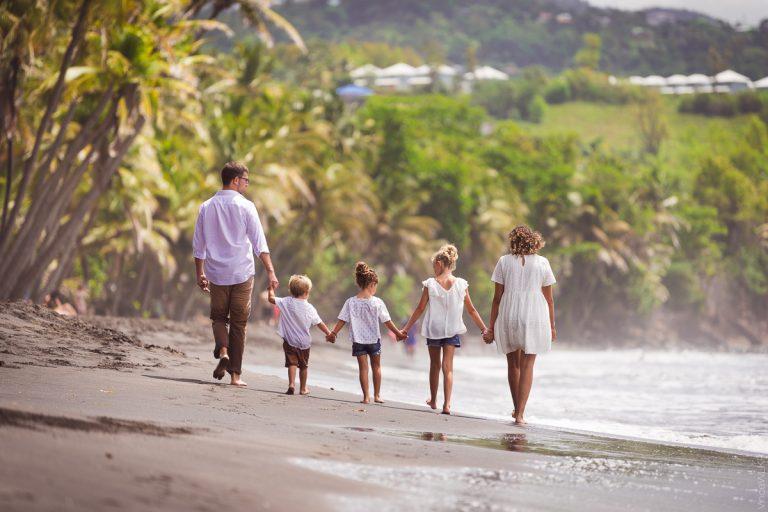 famille marchant sur la plage de Guadeloupe