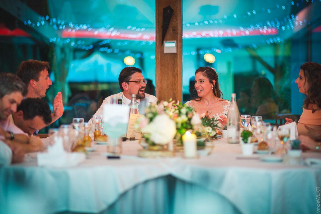 mariés à table. photo repas de mariage.