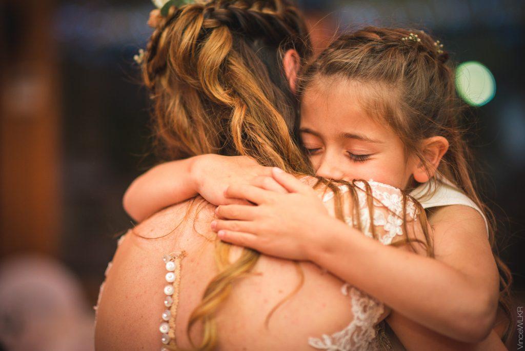 câlin de la mariée et sa fille