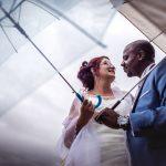 mariés sous la pluie avec des parapluies
