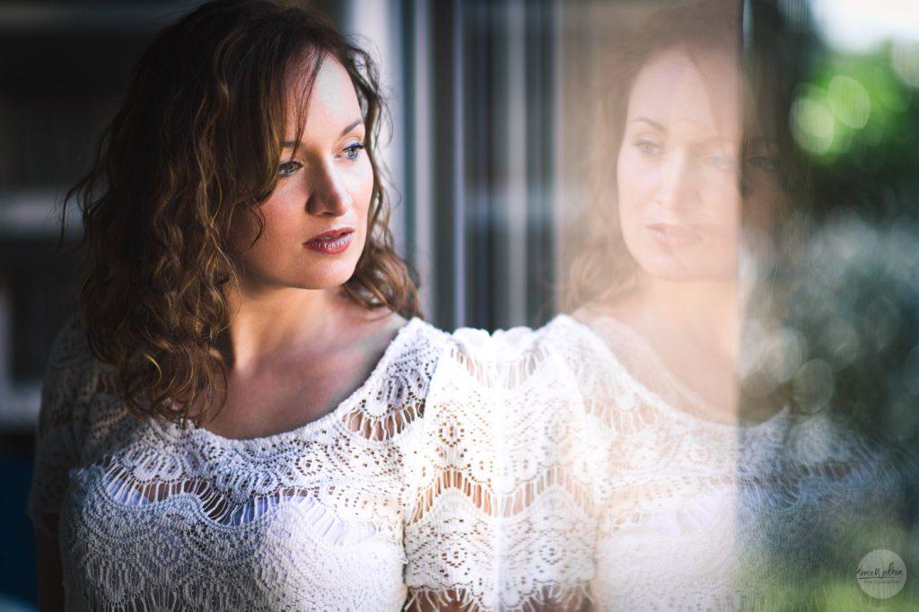 reflet d'une femme dans une vitre