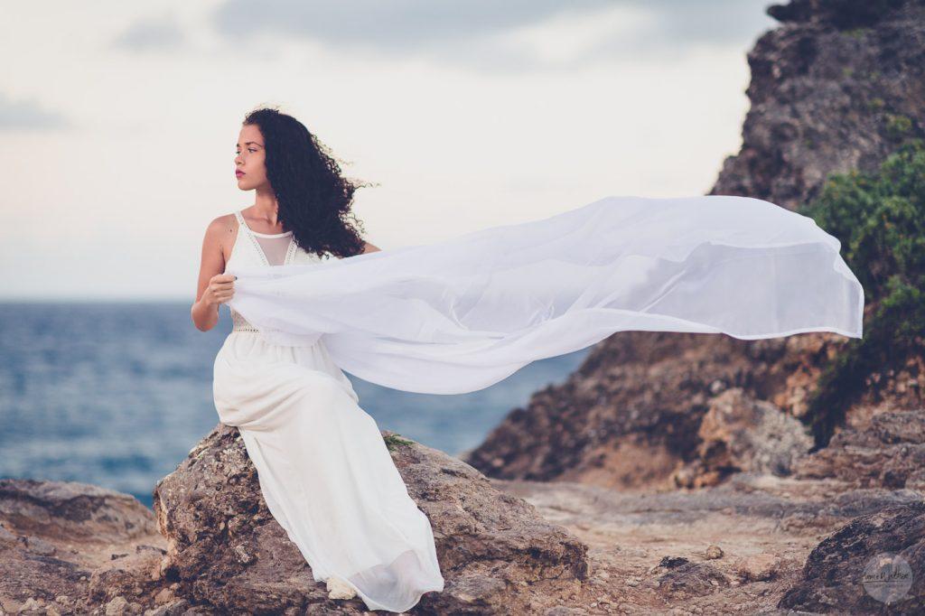 femme sur un rocher en Guadeloupe