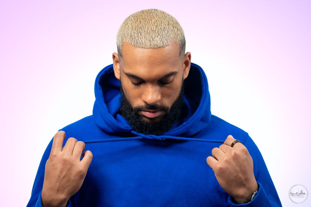 hoodie bleu, cheveux blonds