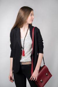 portrait mode jeune fille avec un sac à main