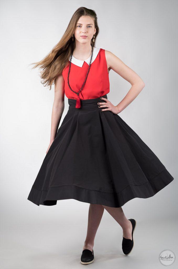 photo studio jeune fille avec une jupe noire