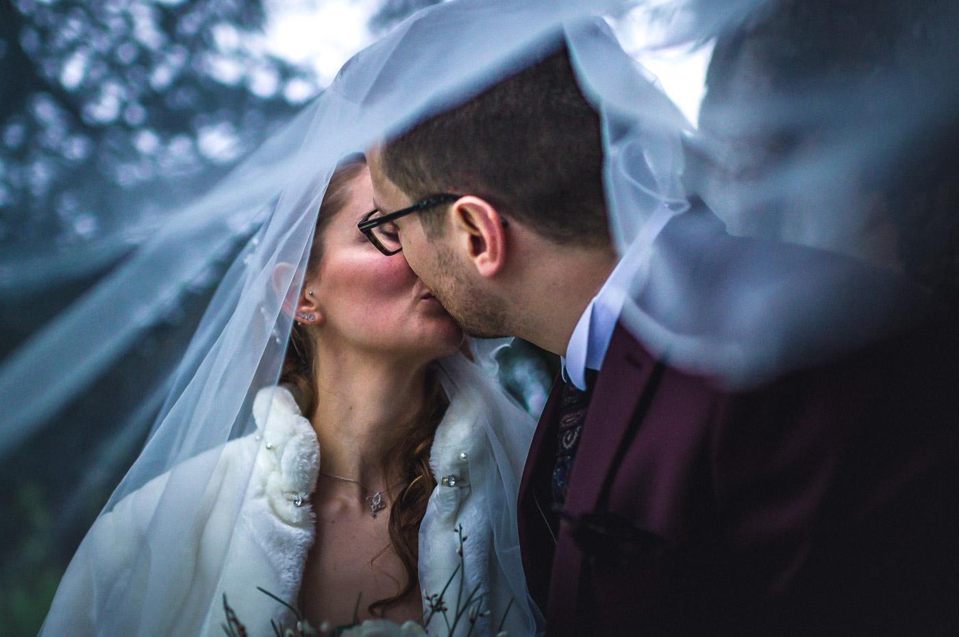 un baiser sous le voile