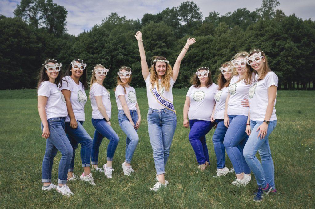 photo de groupe de filles pendant un EVJF avec tshirt et jean