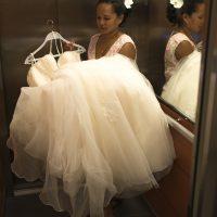 la robe de la mariée dans l'ascenseur