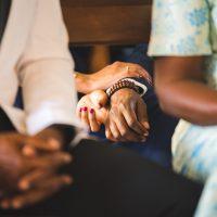 des amoureux dans l'église se tiennent la main