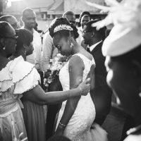 la mariée à la sortie de l'église dans la foule
