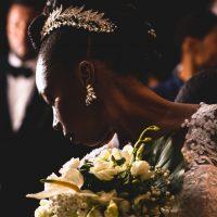 la mariée et son bouquet en contre jour