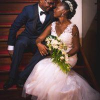 les mariés sur un escalier en bois